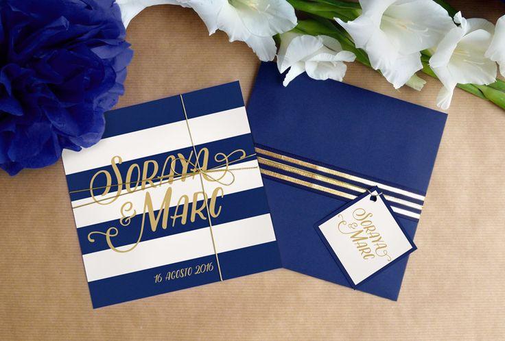 Invitación de boda Índigo. Muy moderna y elegante. Azul marino combina a la perfección con los detalles dorados. Acompañada de un sobre azul y etiqueta.