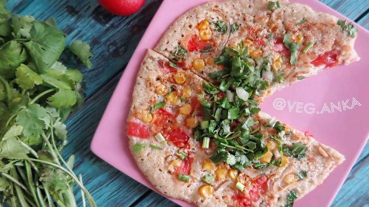 Лепешки индийские рисово-гороховые  🔹200гр риса  🔹100 гр гороха  🔹2 ч.л фенугрека или смеси специй индийской  🔹500 мл воды  🔹соль по вкусу  🔹2 помидора, мелко нарезать  🔹1/2 белого или красного лука, нарезать полукольцами  🔹2 перца чили (или меньше), измельчить  🔹немного кинзы, нарезать  🔹4 ст.л кукурузы  🔹2 пера зеленого лука, нарезать  🔹чёрная или обычная соль, чана масала или гарам масала по вкусу