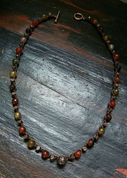 Купить или заказать Вязаное ожерелье с агатом. в интернет-магазине на Ярмарке Мастеров. Изящное ожерелье с бусинами агата и медными вставками-бусинами связанное прочной нейлоновой нитью темно-коричневого цвета. Замок тоггл(метал). Длина - 44 см. Бусины агата-6 мм.…