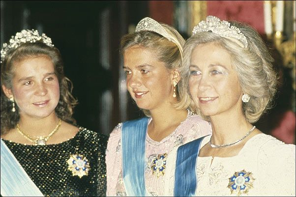 Queen Sofía and her daughters during a State dinner
