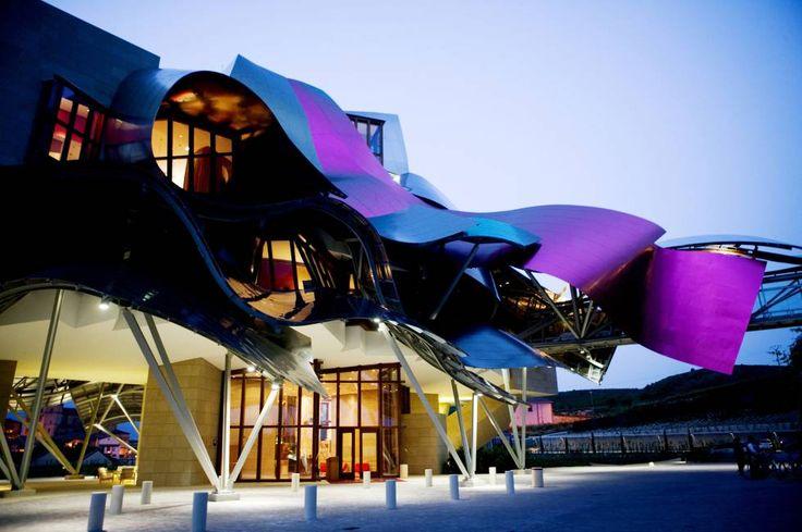 El complejo turístico Marqués de Riscal, en Elciego, incluye un hotel proyectado por Frank Gehry con una estructura voladiza de aluminio y titanio.
