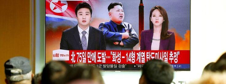 Menschen in Südkoreas Hauptstadt Seoul verfolgen die Berichterstattung über Nordkoreas jüngsten Raketentest.