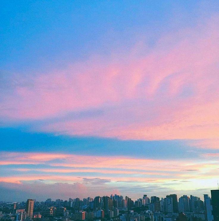 Curitiba nos abraçou com um céu rosa com azul e roxo...