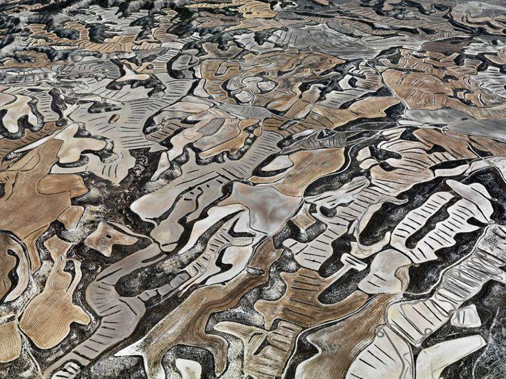 Explotaciones agrícolas y ganaderas en Los Monegros, entre las provincias de Zaragoza y Huesca (España). El clima semiárido y la topografía ...