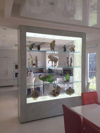 Une bibliothèque réalisée par Verre Design dont la structure est entièrement en verre thermoformé/ A library completely done with thermoforming glass