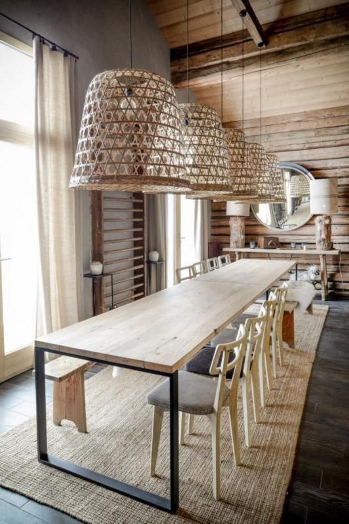 table salle a manger fer et bois, plafonniers en osier et tapis naturel