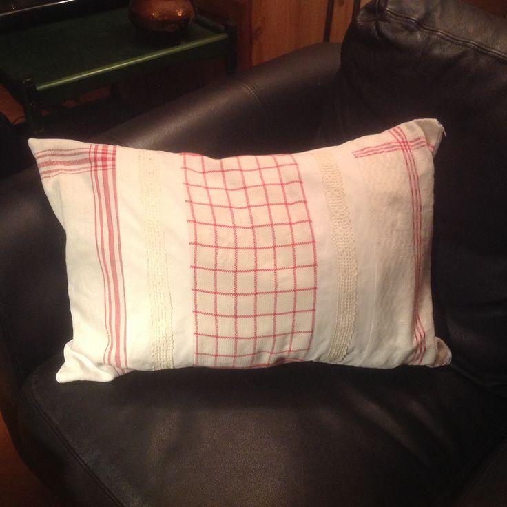Kuddfodral sytt av gamla handdukar, spetsar och lakan.