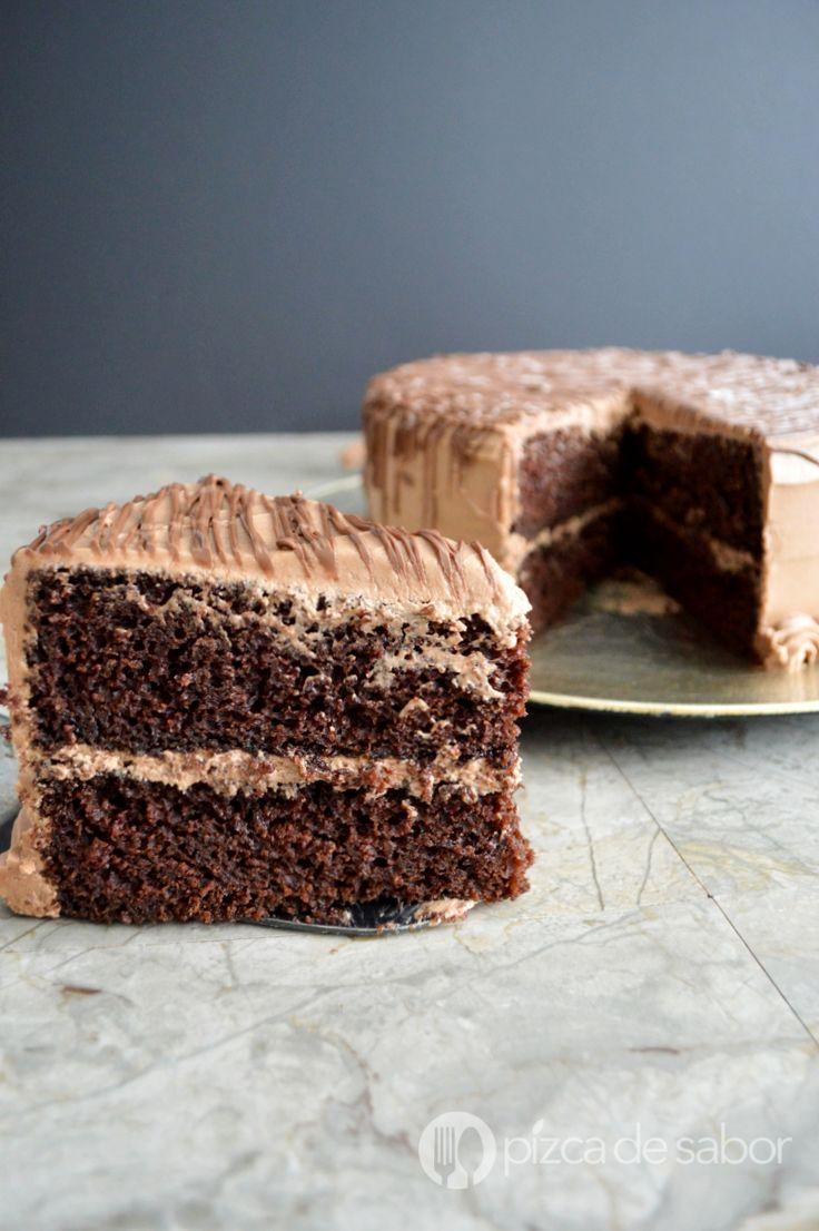 Disfruta de un delicioso pastel de chocolate casero con mi receta favorita, fácil de preparar y que queda esponjoso, suave y muy chocolatoso. Te encantará!