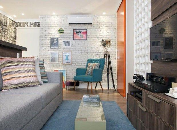 Móveis compactos e funcionais, integração entre sala, cozinha e varanda e visual antiguinho. Na reforma comandada pelos arquitetos Marcos Biarari e Marcio Rodrigues em São Paulo, os 52 m² ficaram mais espaçosos, confortáveis e cheios de personalidade