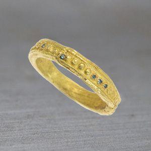 Alliance or jaune et diamants bleus de Esther pour l'atelier des bijoux créateurs