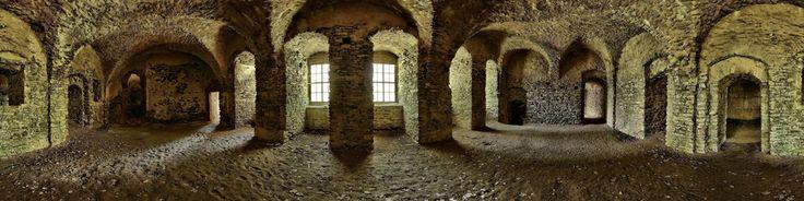 Zamek ŚwinyPierwsze wzmianki o tym zamku są z 1108r. i jest to najstarszy prywatny zamek na terenie Polski.Legenda mówi że zamek jest połączony podziemnym przejściem z zamkiem w Bolkowie.Zamek ma ciekawą historię , warto kliknąć link.Bardzo ciekawy zabytek
