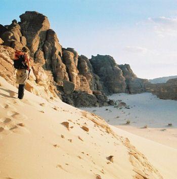 Les dix commandements  Le désert du Sinaï est situé sur la péninsule qui relie l'Egyte à Israël et à la bande de Gaza. Il est dominé par le Mont Sinaï qui culmine à 2 285 mètres. C'est à cet endroit que, dans la tradition biblique, Moïse a reçu de Dieu, les dix commandements. Une atmosphère sacrée règne sur ces étendues.