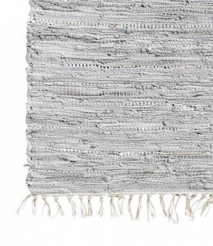 Kult og veldig fint teppe laget av skinnremser fra danske Nordal. Dette er ekstremt dekorativt og passer like fint i stua som på badet eller kjøkkenet. Det er veldig hardfør og tåler det meste. Det kan også vaskes i maskinen. MÅL: 110 cm x 170 cm