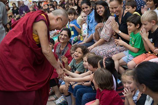 Sa sainteté le Dalaï Lama en interaction avec les jeunes enfants à son arrivée à l'école de l'ambassade américaine à New Delhi, Inde le 2016. Avril 2016. (photo par Tenzin Choejor / ohhdl)