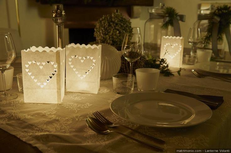 Lanterne di carta traforate a forma di cuore per gli invitati di nozze