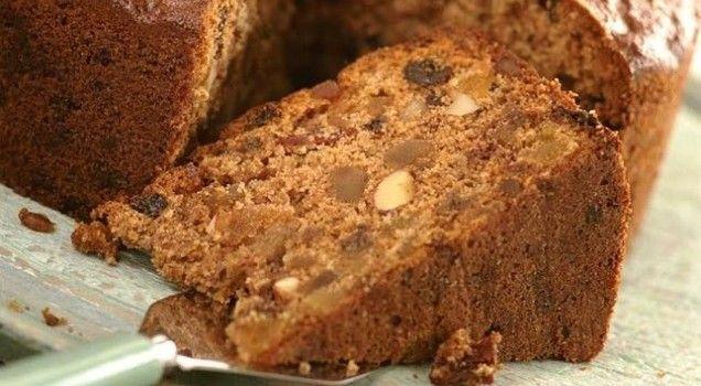 Lenten cake withnuts and raisins  Μια πολύ εύκολη και γρήγορη συνταγή για ένα πεντανόστιμο και υγιεινό κέϊκ.Ένα νηστίσιμο κέικ με αμύγδαλα και σταφίδες για τις ημέρες που νηστεύετε και όχι μόνο.  Υλικά συνταγής  4 φλ. τσαγιού αλεύρι σκληρό 3 κ.γ. μπέϊκιν πάουντερ 1 φλ. τσαγιού σπορέλαιο 1 1/2 φλ. τσαγιού ζάχαρη 1 1/2 φλ