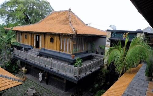 Omah Sinten Heritage hotel and resto located in Solo opposite Mangkunegaran Palace. You can feel the Javanese athmosfere here. Traditional music, landscape and traditional Javanese architecture. 20 minutes from Adisumarmo International Airport. http://www.zocko.com/z/JG6bo