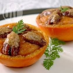 Orangen gefüllt mit Süßkartoffelpüree - Ein ganz besonderes Dessert als Abschluss fürs Weihnachtsessen oder für das Silvestermenü: Orangen gefüllt mit Süßkartoffelpüree und einen Topping aus gerösteten Pekannüssen.@ de.allrecipes.com