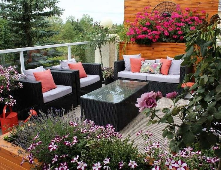Balkon mit Holz-Paravent mit Auflagefläche für Blumenkübeln