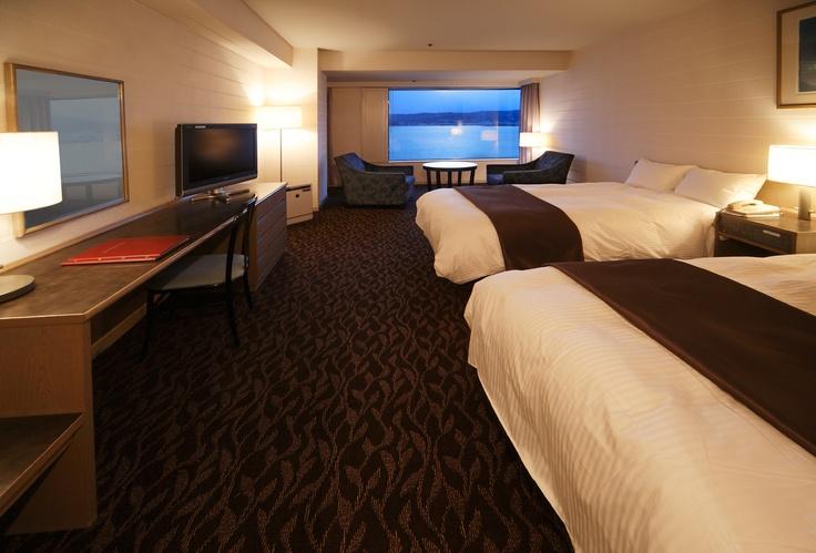 ホテル紅や最上階のデラックスツインルームからの眺めは、昼、夜とそれぞれ違った景色を楽しめます。