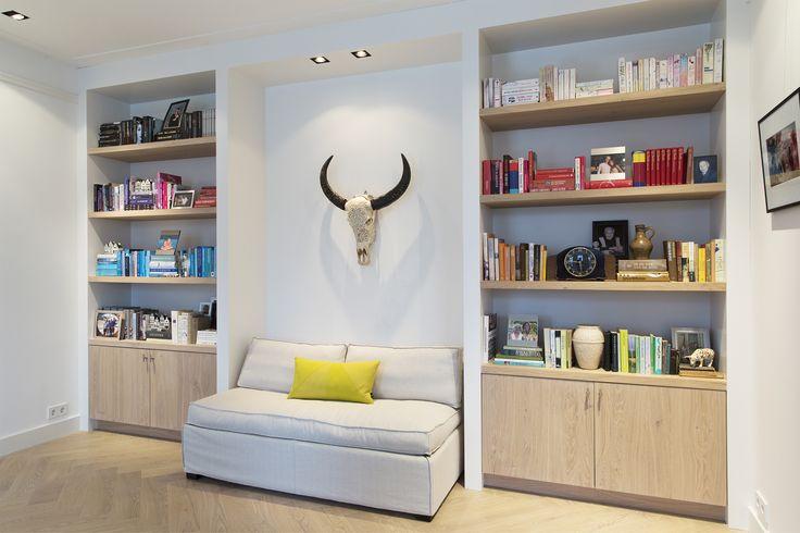 Maatwerk boekenkasten met eiken houten planken en fronten. BNLA architecten in samenwerking met Studio Nest. Fotografie door Jansje Klazinga.