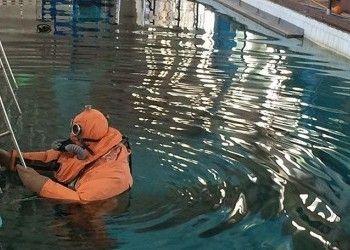 """Уникальный костюм для спасения подводников создали в России.   Завершаются испытания новейшего комплекта ССП-М — спасательного снаряжения подводника модифицированного. В нем отрабатываются всплытия в особой «башне» глубиной в 16 м. Стоит отметить, что только в России разрабатываются системы, позволяющие спасать подводников, оказавшихся в отсеке аварийной субмарины под большим давлением.  «Усовершенствованное спасательное снаряжение """"ССП-М"""", планируется принять на вооружение Подводных сил ВМФ…"""