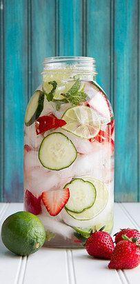 Fruchtwasser mit Limetten, Erdbeeren und Gurken