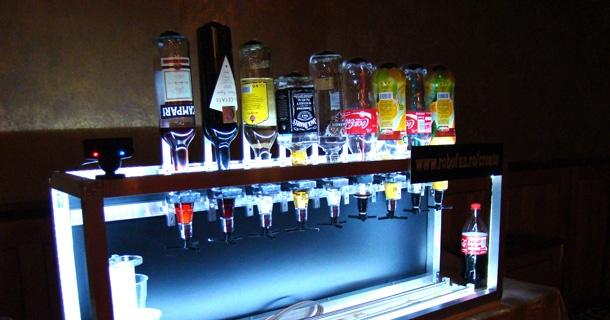 Le robot Social Drink Machine a fait fureur lors de la conférence HowToWeb à Bucarest. Vous commandez votre cocktail via une app Facebook et le robot vous le prépare et le sert dans un verre.