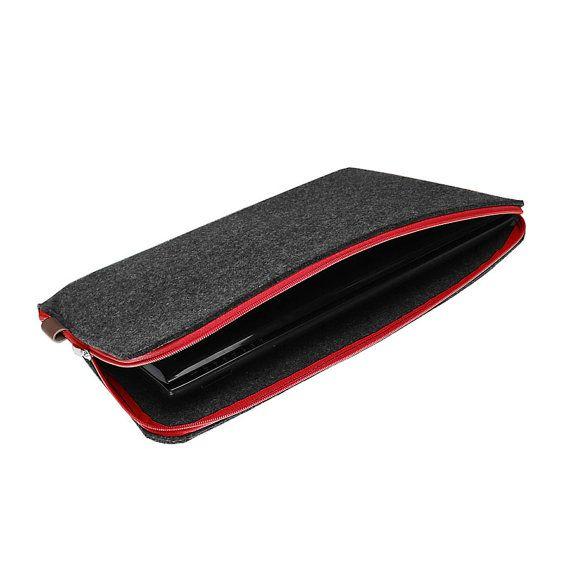 Ordinateur portable, macbook, douille de tablette faite de :  -sombre gris synthétique 4 mm feutre, -cuir naturel, brun -fermeture à glissière rouge.  Noubliez pas de nous donner les dimensions de lordinateur portable tout en finalisation commande. (Largeur, hauteur, longueur)  Toutes les tailles disponibles, de petites tablettes vers le haut pour ordinateurs portables 17. Pour tous les MacBook produits disponibles, juste mécrire nom complet de votre macbook.  La main en Pologne.   Merci…