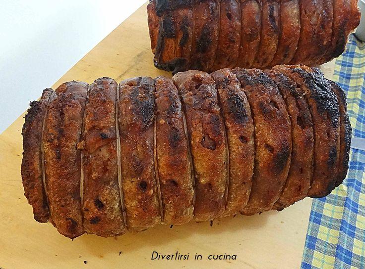 Porchetta fatta in casa, ricetta. La porchetta è un piatto tipico dell'Italia centrale. Si consuma come secondo tagliata a pezzi. Provate a farla a casa.