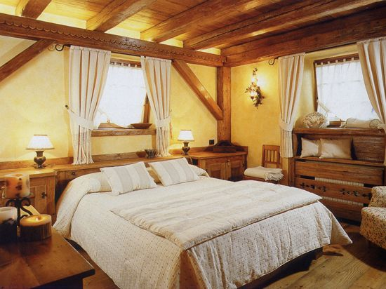 Спальня в стиле кантри с преимущественным использованием дерева