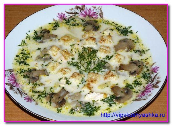 Грибы отправляем в готовящийся суп с грибами жарим на сковороде