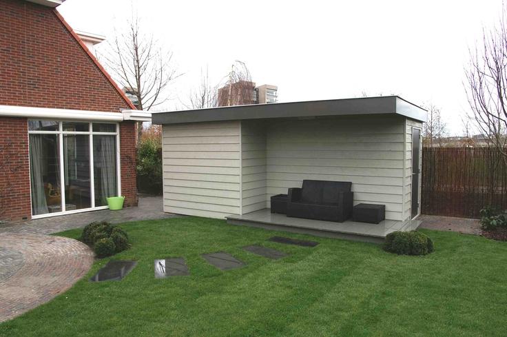 Mooie schuur met veranda. Deze schuur is ontworpen en geplaatst door hoveniersbedrijf van Elsäcker tuin uit Vlaardingen.