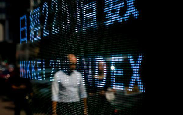 Euro debole in Asia, crolla la Borsa di Shangai a -3,75%