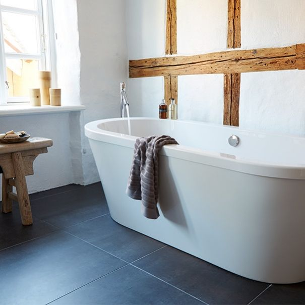 Moderne idyl i badværelse i gammelt byhus