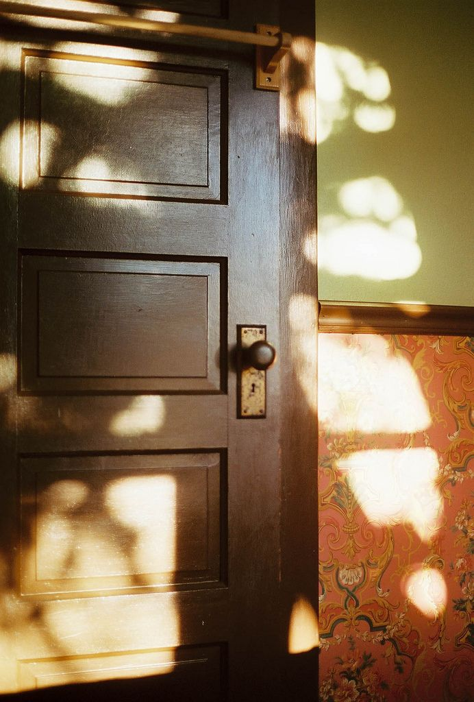 I love that time of day when the sun hits those corners in our home, such feeling of contentment and peace{<3}