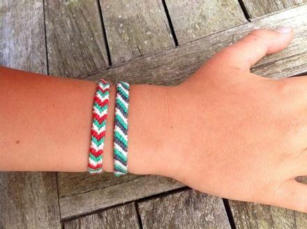 Un bracelet brésilien flèche  rouge, vert, écru, longueur motif  13 cm