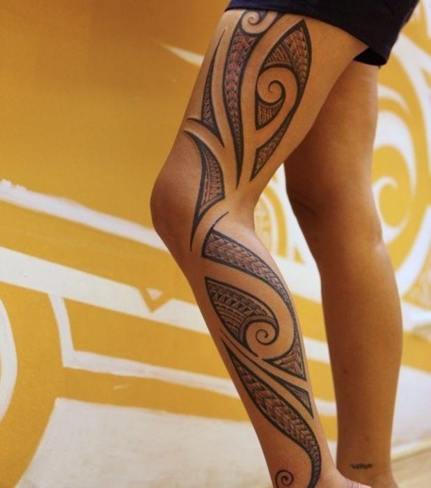 Tatouage tribal sur la cuisse d'une femme