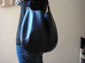 tuto de la besace bleue by la fille qui revait d'une aiguille et d'une bobine de fil : http://lafillequirevait.canalblog.com/archives/2010/10/21/19393144.html