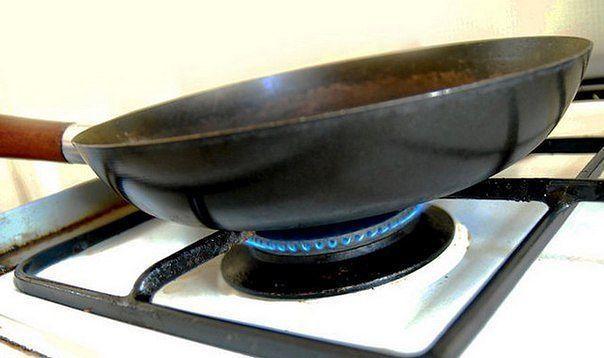 Если накалить сковороду вместе с солью, еда при готовке не будет прилипать.
