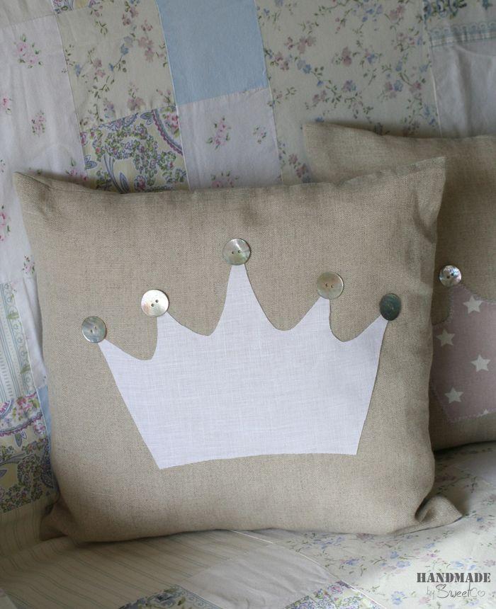 #Cojín decorado con #botones y silueta #corona