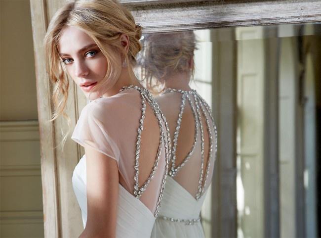 Las sutiles espaldas y los elaborados escotes son signos distintivos de todos sus vestidos de novia.