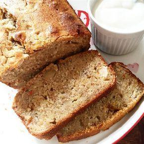 A chi non capita di ritrovarsi banane mature in casa scagli la prima pietra! Conoscete il banana bread? Si tratta di un pane realizzato con un impasto di farina e banane mature; a me da l'impressione di un plum cake che tende al pane. Questo pane é ideale per la colazione o per la merenda, da solo o accompagnato da qualsiasi cosa voi vogliate; cioccolato, miele, yogurt, mermellata, frutta ecc...