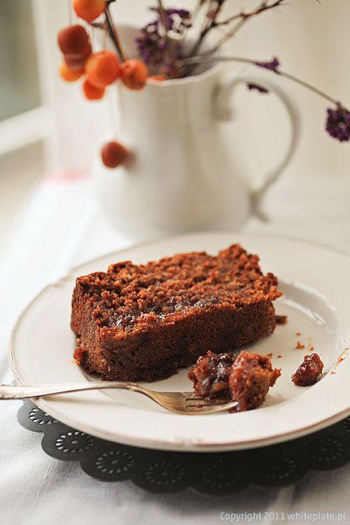 Wilgotny czekoladowy piernik z imbirem i suszonymi śliwkami | White Plate