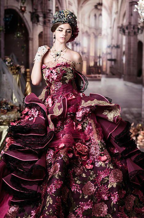 バラの花を思わせる高貴なデザイン…☆ クラシカルでエレガントなカラードレス一覧。ラグジュアリーな雰囲気を目指す花嫁さんの参考に☆