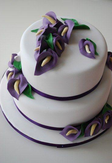 Calla-Torte - Hochzeitstorte bestellen - Lilafarbene Callas auf der dreistöckigen Torte verleihen der schlichten, weißen Hochzeitstorte pure Eleganz. Die perfekte Torte für Designliebhaber, denn dank ihrer außergewöhnlichen...