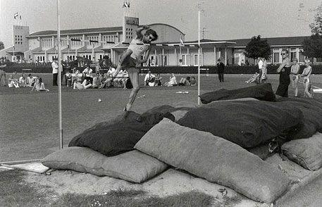 Sportpark Vijfsluizen te Vlaardingen was in de jaren 50 een belangrijk park waar wij van de Shell bedrijfsschool ook gingen sporten.