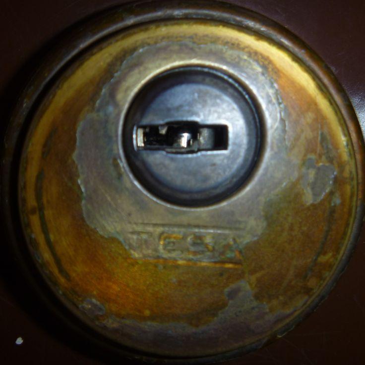 La cerradura de algunas puertas me recuerdan a la letra mayúscula zeta (Θ).