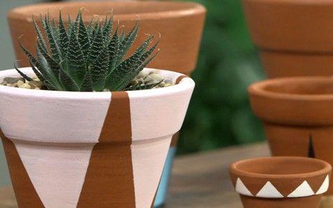 Aprenda a customizar vasos de barro da sua horta doméstica