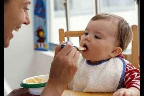 Les farines infantiles ou céréales pour bébé, ce sont ces fameuses préparations qui donnent des bouillies. Il en existe de nombreuses variétés, qui peuvent être introduite dans l'alimentation dès 3 ou 4 mois. Tour d'horizon des différentes préparations.